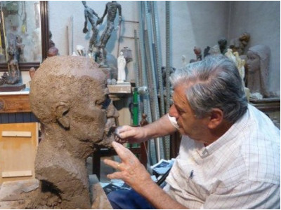 The Mataro sculptor Manuel Cusachs, the protagonist of the space, is interviewed. We talked to his son